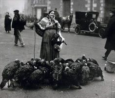 Vendedora de Pavos en la calle, en el centro de Madrid, foto de 1925