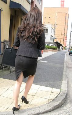綺麗な後ろ姿 Pencil Skirt Dress, Pencil Skirt Work, Sexy Hips, Sexy Legs And Heels, Glamour Ladies, Pantyhose Fashion, Work Skirts, Office Looks, One Piece Dress