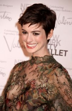 Anne Hathaway with short pixie hair cut! Looks amazing on her! Beautiful Celebrities, Beautiful Actresses, Beautiful Women, Anne Hattaway, A Line Bobs, Choppy Bob Hairstyles, Pixie Haircuts, Actrices Hollywood, Pixies