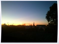 """Y """"en todas las tierras el sol sale al amanecer."""" Amanecer desde mi ventana. #100happydays #día55"""