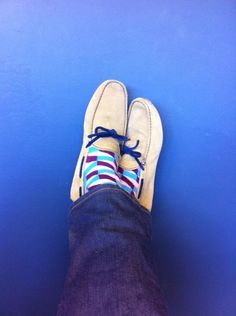 What To Look For In A New Pair Of Shoes. Or, is shopping for mens shoes something you try to stay away from? Happy Socks, My Socks, Cool Socks, Buy Shoes, Men's Shoes, Purple Socks, Fashion Shoes, Mens Fashion, Black Socks