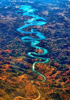 ポルトガルのオデレイテ川。その形状から「ブルードラゴン」とも呼ばれる。上空から一望しなければその龍の姿を拝むことは叶わない。