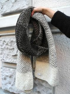 Tutorial on how to knit a color gradient scarf! Get the ombre look! (in German)