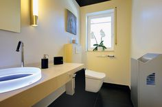Angenehme Hygiene und gastlicher Komfort: WC mit sensorgesteuertem Deckel, temperiertem Sitz und einer Intimreinigung mit Wasserstrahl. Foto: Toto // Mehr auf livvi.de