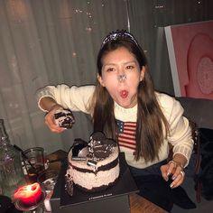 South Korean Girls, Korean Girl Groups, Jeon Somi, Aesthetic Themes, Meme Faces, Face Claims, Korean Singer, Music Artists, Dreadlocks