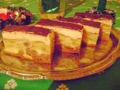 Az ünnepi asztalra való ez a finom almás süti. Mennyei finomság ez a vaníliakrémes édes sütemény.