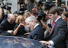 《新聞眼》美國式貪污 前維州州長麥當諾(中)從政壇高峰滑落,他出庭受審時,廣受關注。(美聯社)