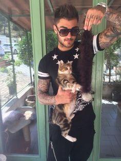 IMG_1762 Thibault entrain de jouer avec un chat au refuge De Marseille !! Mdrr
