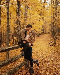 Paarfotos We all go through a lot of experiences during our lives. If you want to feel happier, heal Couple Photoshoot Poses, Couple Photography Poses, Autumn Photography, Romantic Couples Photography, Engagement Photo Poses, Engagement Photo Inspiration, Autumn Engagement Photos, Fall Engagement Outfits, Engagement Shoots
