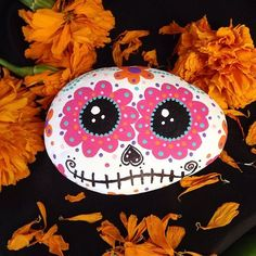 Find this Pin and more on Sugar Skulls for Dia de Los Muertos. Day of the Dead Rock Painting Autumn Painting, Pebble Painting, Dot Painting, Pebble Art, Stone Painting, Sugar Skull Painting, Theme Halloween, Halloween Rocks, Halloween Candy
