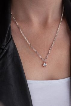Stoer en Chic is deze ketting met een Swarovski Crystal! via www.lotsofpink.nl #ketting #kettingen #minimalistisch #Swarovski #Crystal #zilver #rosegoud # handmade #lotsofpink