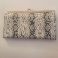 Snake Print Wallet Awesome snake print wallet that's very spacious and has a ton of card holders! ✨ Bags Wallets