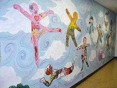 Mural de siluetes acolorides