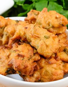 Vegetable pakora or onion bhaji served with salad and chili sauce. Indian Snacks, Indian Food Recipes, Asian Recipes, Indian Appetizers, Vegetable Pakora, Asian Cookbooks, Onion Bhaji, Pakora Recipes, Baked Carrots