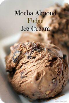 Mocha almond fudge ice cream with chocolate chunks, AND it's no-churn! Mokka-Mandel-Fudge-Eis mit Schokoladenstückchen, und es ist No-Churn! Almond Ice Cream, Fudge Ice Cream, No Churn Ice Cream, Ice Cream Treats, Ice Cream Desserts, Frozen Desserts, Cream Cake, Cream Cream, Frozen Treats