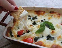 Hot Caprese Dip mozzarella  tomates albahaca aceitunas negras  sal y pimienta