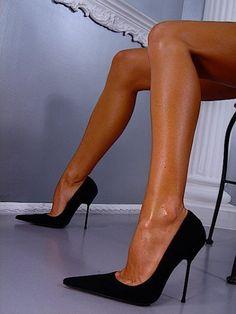 the pointed toe black stilettos...a sexy classic <3