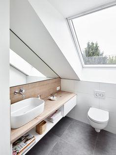 Dachfenster, Dachgeschoss, Spiegel, Holz, Waschbecken, Toilette www.philipkistner.com - Pinterium