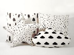 ALMOHADON PATTERN. Lona de algodón color crudo. Estampado con serigrafia en color negro. Medidas: 30 x 30 cm/ 40 x 40 cm. Funda + relleno.