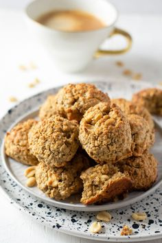Peanut butter oatmeal breakfast cookies are perfect on busy school mornings - make ahead, gluten free, refined sugar free, and high fiber. These cookies are so easy and both mom and kid approved. Soft Peanut Butter Cookies, Peanut Butter Roll, Peanut Butter Oatmeal, Ginger Cookies, Chip Cookies, Real Food Recipes, Cookie Recipes, Dessert Recipes, Yummy Food