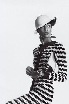 Beverly Johnson broke down color barriers in the world of fashion in the as the first African American to appear on the cover of Glamour 70s Fashion, Fashion History, Fashion Models, Vintage Fashion, White Fashion, Trendy Fashion, Fashion Brands, African American Models, Moda Afro