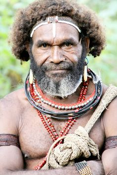 Meet The Huli Wigmen of Tari Highlands, Papua New Guinea | Read more about these extraordinary people: http://www.wildjunket.com/2014/02/12/tribal-culture-papua-new-guinea-huli-wigmen-tari/