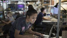 """Vrouwen zijn nog steeds sterk ondervertegenwoordigd op ict-opleidingen. Dat is kwalijk, vinden experts: """"De komende jaren verdwijnen er heel veel administratieve functies, waardoor veel vrouwen hun banen verliezen, maar daar komen heel technische banen voor terug."""""""