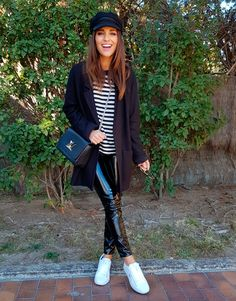 Tras la pista de Paula Echevarría » VINILO. Black and white striped tee+black vinyl pants+white blazer+black coat+black chain crossbody bag+black baker-boy cap. Fall Casual Outfit 2017