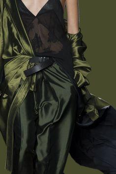 -Just a beautiful world- Green Fashion, High Fashion, Vert Olive, Olive Green, Estilo Glamour, She Walks In Beauty, Latest Fashion For Women, Womens Fashion, Fashion Details