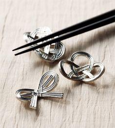 <能作の箸置き>お箸と箸置きの繊細さは、日本人の繊細さそのものではないでしょうか。こちらは、結びをモチーフにした縁起のよい箸置き。富山県高岡市に伝わる鋳造技術を用いて1916年に創業した老舗のもので、モダンな雰囲気が現代の食卓にもマッチします。 ●能作 tel.0766-63-5080 Photo:KATSUMI OHYAMA【25ans編集長 十河ひろ美】 http://lexus.jp/cp/10editors/contents/25ans/index.html ※掲載写真の権利及び管理責任は各編集部にあります。LEXUS pinterestに投稿されたコメントは、LEXUSの基準により取り下げる場合があります。
