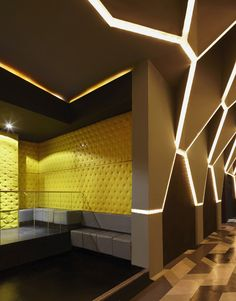 Brazilian architect Fred Mafra, no novice to night club design, was given the unusual opportunity to redesign his earlier work, the night club Josefine/Roxy.
