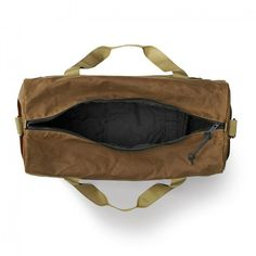 Discover the Filson heavy-duty Medium Field Duffle Bag. Featuring water-repellent, abrasion-resistant fabric, full nylon lining, and quick-drying webbing handles & shoulder strap. Shoulder Strap, Tin, American, Medium, Parfait, Bags, Clothes, Travel Bags, Rain