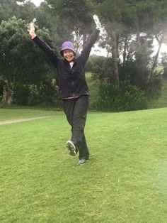 Looking for the perfekt rain outfit? Read here -  Tipps für die perfekte Regenkleidung - so hat schlechtes Wetter keine Chance mehr. Golf Fashion, Ladies Golf, Stylish, Outfit, Weather, Tips, Women's, Golf Outfit, Clothing