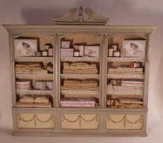 Miniature Shop: Filled Cabinet by Pedrete Miniature Quilts, Miniature Crafts, Miniature Dolls, Dolls House Shop, Mini Doll House, Miniature Furniture, Dollhouse Furniture, Haberdashery Shop, Vitrine Miniature