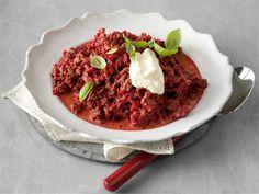 Tuttu arkiruoka jauhelihakastike muuntautuu uudeksi herkuksi lisäämällä joukkoon punajuurta sekä smetanaa.