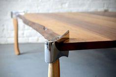 Mesa com pés de machados