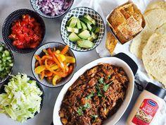 Pulled chicken/kyckling med tillbehör. • färska grönsaker samt smörfrästa paprika-strimlor med lite vitvinsvinäger och salt 👌🏻 vi har gjort egna glutenfria tortillas samt ostchips 🎉 lchq