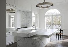 Decoração cozinha com mármore (Arquiteto: Joseph Dirand)