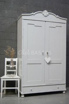 Antieke Witte Linnenkast.Oude Brocante Linnenkast Old Basics Demontabele