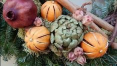 How To Use Fruit For Making Christmas Decorations Christmas Tree Crafts, Christmas Decorations To Make, Rustic Christmas, Holiday Crafts, Christmas Holidays, Christmas Ideas, Primitive Dining Rooms, Primitive Homes, Primitive Decor