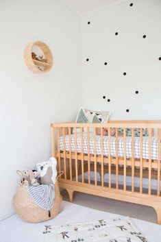 Natural wood decor ideas for your nursery you'll love- Find out some ideas to decor your children's bedroom with wood decor Monochrome Nursery, Nursery Neutral, Nursery Themes, Nursery Decor, Rooms Decoration, Natural Wood Decor, Wood Crib, Nursery Inspiration, Nursery Design