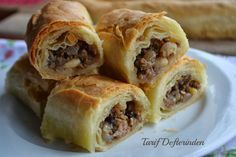I never knew that Egg Rolls could be so simple to make. Effortless Egg Rolls - perfect for a quick to the table weeknight meal! Burger Recipes, Pork Recipes, New Recipes, Cooking Recipes, Favorite Recipes, Turkish Recipes, Ethnic Recipes, Good Food, Yummy Food
