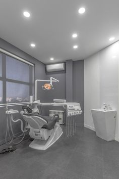 Arad Dental Clinic To further maximise the amount of natural light in the treatment rooms, white-painted walls were angled to reflect the sunlight around the building. Clinic Interior Design, Clinic Design, Healthcare Design, Dental Office Decor, Office Fun, Hallway Office, Office Entrance, Office Gifts, Office Ideas