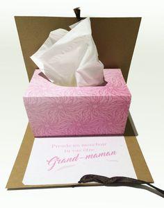 Une façon originale dannoncer votre grossesse à vos proches. Ouvrez la carte et la boîte de mouchoir se déplie et laisse apparaître la bonne nouvelle. Disponible pour: - Grand-maman - Grand-papa - Oncle - Tante - Parrain - Marraine Autres possibilités disponible informez-vous. *** Format *** Fromat fermé: 5X5 pouces ou 12,5 X12,5 cm