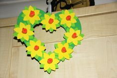 daffodil wreath for springtime and st david& day with daffodil template and heart wreath template Daffodil Craft, Daffodil Day, Toddler Crafts, Crafts For Kids, Arts And Crafts, Bee Crafts, Spring Projects, Spring Crafts, March Crafts