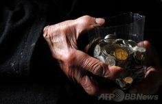 ブルガリアの首都ソフィア(Sofia)中心部にあるアレクサンドル・ネフスキー大聖堂(Alexander Nevsky Cathedral)の入り口で物乞いをするドブリ・ドブレフ(Dobri Dobrev)さんの手(2014年4月20日撮影)。(c)AFP/NIKOLAY DOYCHINOV ▼3Jun2014AFP 100歳の「生ける聖人」物乞いの全額を寄付 ブルガリア http://www.afpbb.com/articles/-/3016594