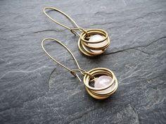 Boucles d'oreilles Tournette dormeuse anneaux bronze quartz rose
