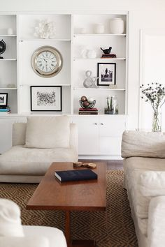 modern white finishes to a comfortable living space Home Living Room, Living Room Decor, Living Spaces, Small Room Design, Design Room, Chair Design, Style Deco, Living Room Inspiration, Style Inspiration