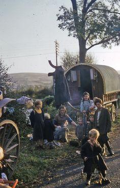 Fadó Fadó: Irish Memory: Kodachrome Ireland Gypsy Trailer, Gypsy Caravan, Gypsy Wagon, Gypsy Culture, Irish Culture, Gypsy People, Gypsy Home, Images Of Ireland, Gypsy Living