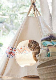 10 DIY pour les amoureux des chats : Un tipi diy  -  10 DIY for cat ladies (and dudes) a cat teepee tutorial @abeautifulmess / Marie Claire Idées